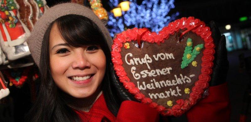 Weihnachtsmarkt in Essen - Frau mit Lebkuchenherz