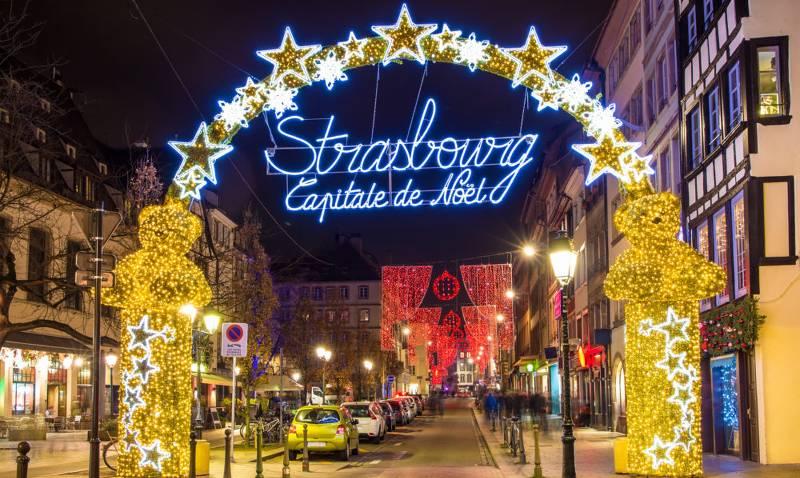 Der Eingang zum Weihnachtsmarkt in Strassburg ist durch einen Torbogen gekennzeichnet